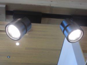 ライティングレールに調光機能がなく、ウェディングらしい雰囲気が作れていない