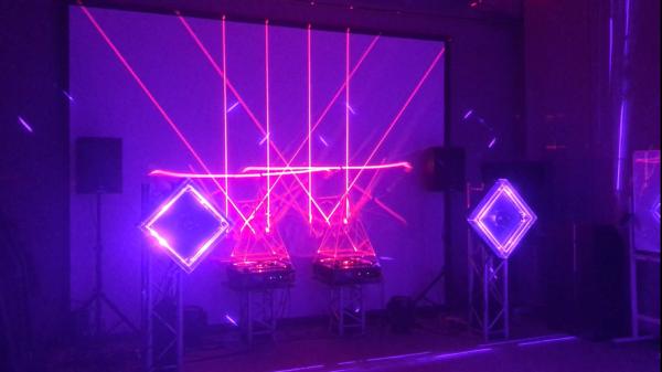 アーティストのライブでも使用されているインパクト大のレーザー照明