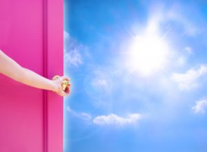 扉を開ける