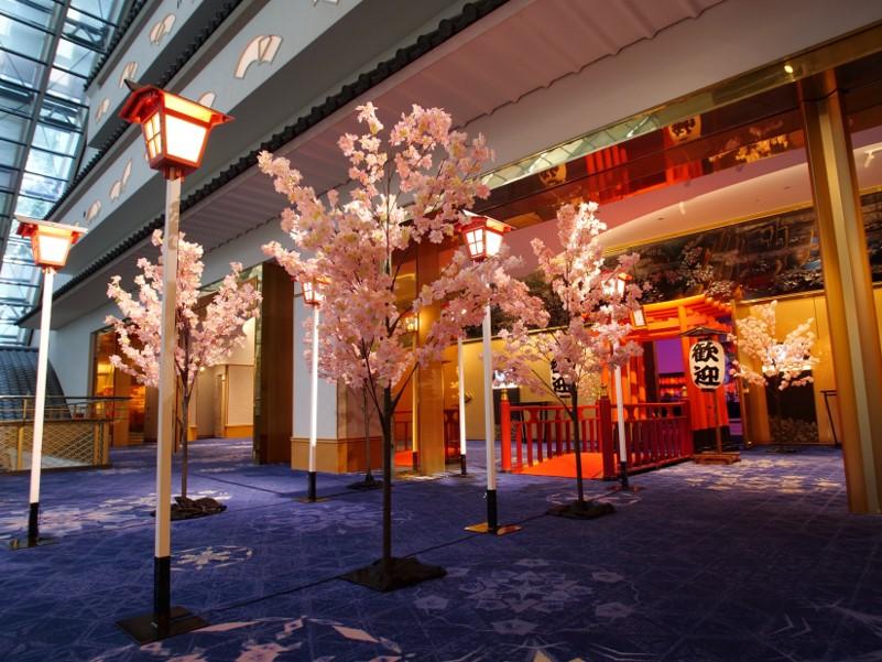 高灯篭、桜、鳥居の入り口